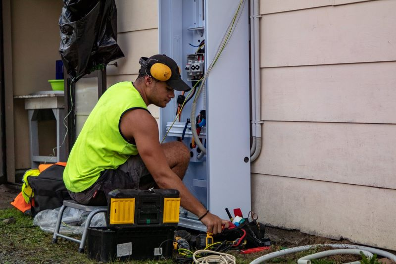 A Marae DIY installer sets up the solarZero backup battery